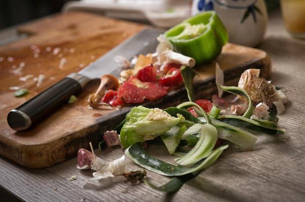 Обрезки сырых овощей и фруктов  можно закладывать в компост