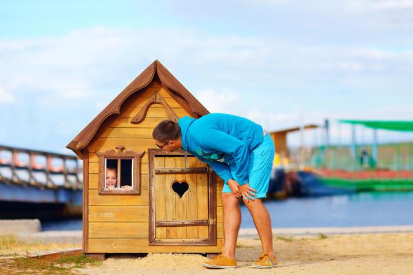 Уютный маленький домик из дерева