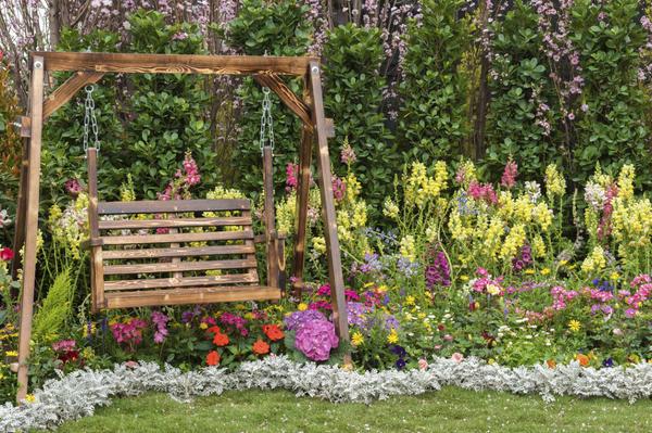 Садовые качели - отрада и для детей, и для взрослых