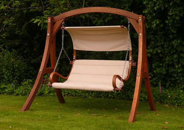 Качели с сиденьем, подвешенным на цепях. Фото с сайта mondodesign.it