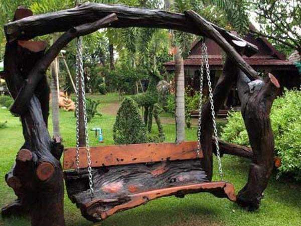 Качели из стволов деревьев. Фото с сайта pbs.twimg.com