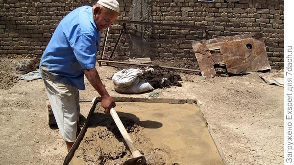 перемешивание глины кетменем