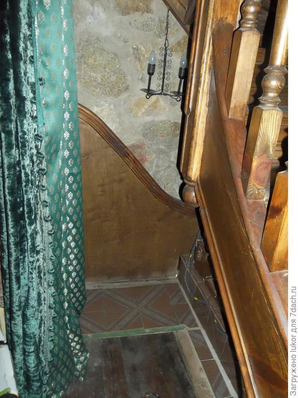 """""""Висящий"""" опорный столбик лестницы над погребом"""