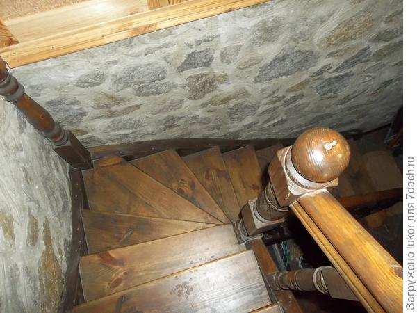 Вид сверху на забежные ступени