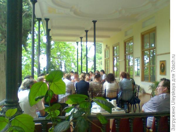 Окончание конференции — дружеское чаепитие на террасе дома Ришелье