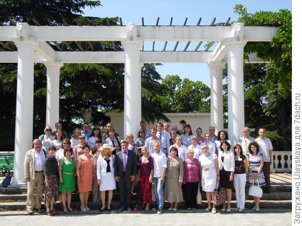 Участники VI Международной научной конференции Ландшафтная архитектура в ботанических садах и дендропарках на партере Никитского ботанического сада