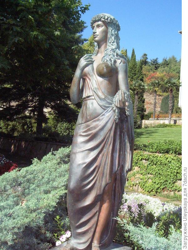 Богиня Флора в парке ЛОК Айвазовское в Партените