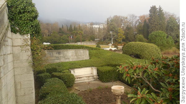 Внутренний дворик в обрамлении живой изгороди