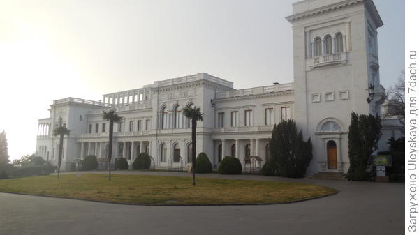 Ливадийский дворец. На переднем плане восточного фасада дворца зеленые пирамиды – стрижки самшита балеарского