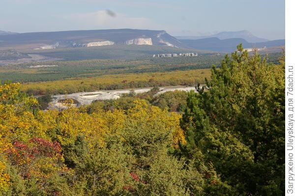 В центре фотографии сфинксы Карлезской долины