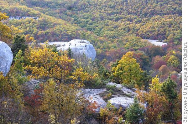 Вдалеке небольшая пещерная крепость Храм Донаторов
