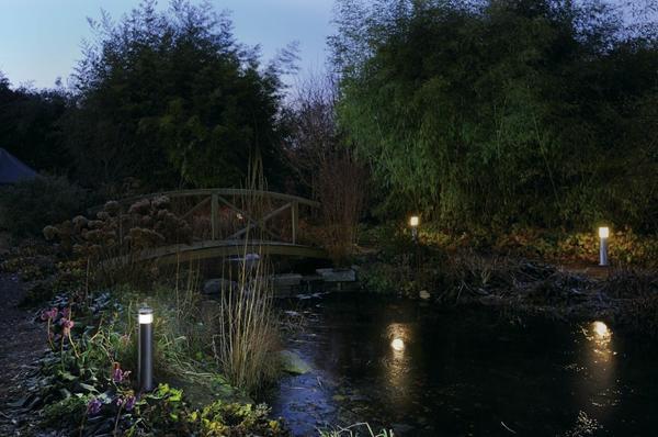 Садовые светильники на берегу ручья