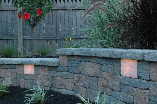 Встроенный в каменную кладку светильник