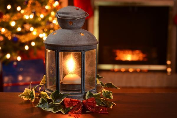 Рождественский фонарь, украшенный плющом