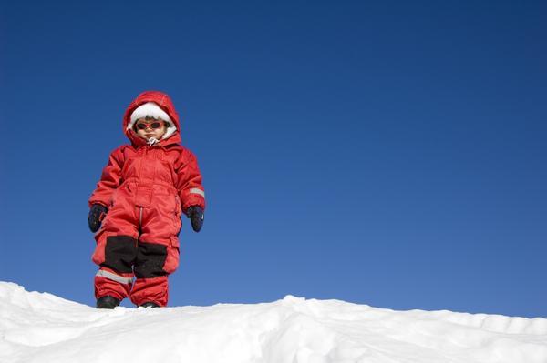 Малыш на вершине снежной горки