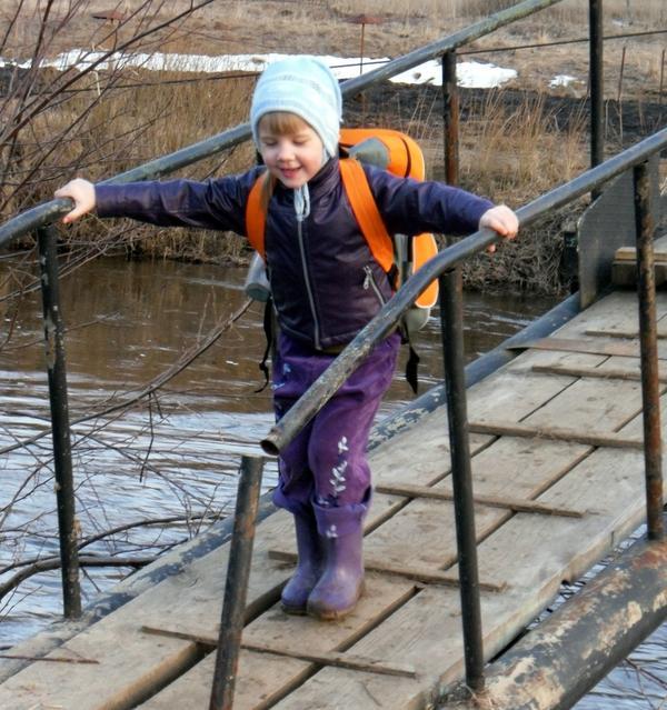 По мосточку через речку