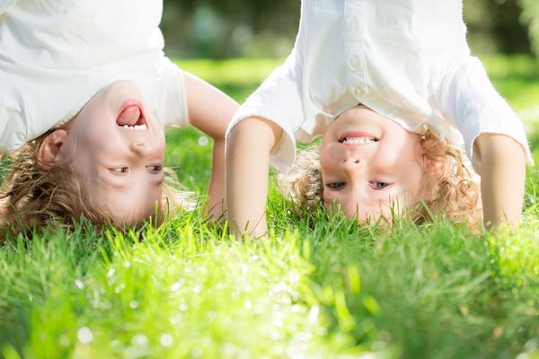 Трава - идеальное покрытие для детской площадки