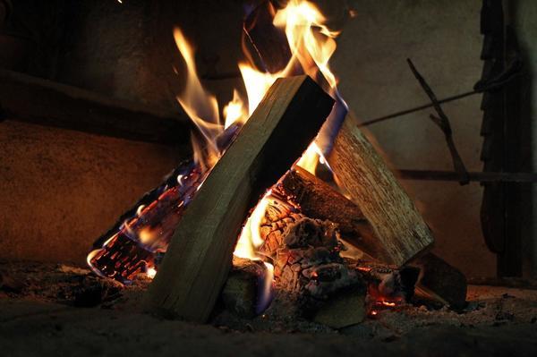 У живого огня так приятно греться холодной осенью