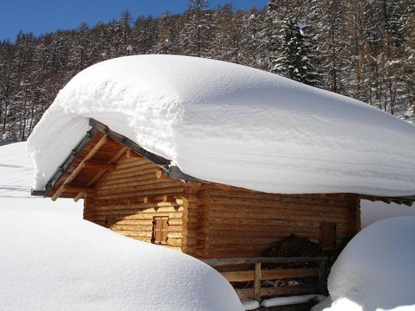 Снег на крыше может натворить немало бед