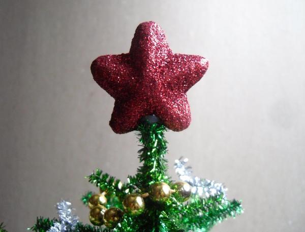 На макушку приклеим звезду
