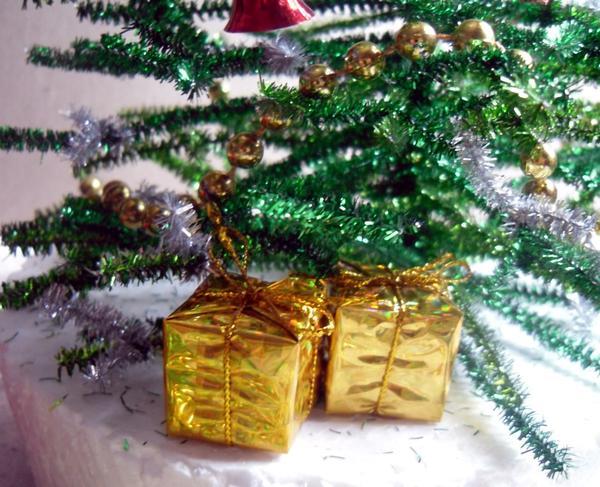 Под елку положим подарки