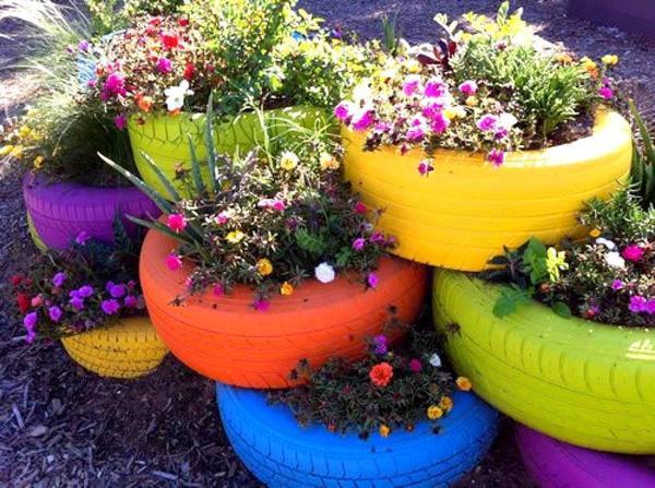 Яркая многоярусная клумба из шин. Фото с сайта 4.bp.blogspot.com