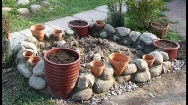 Клумба с керамическими горшками. Фото с сайта pimg.mycdn.me