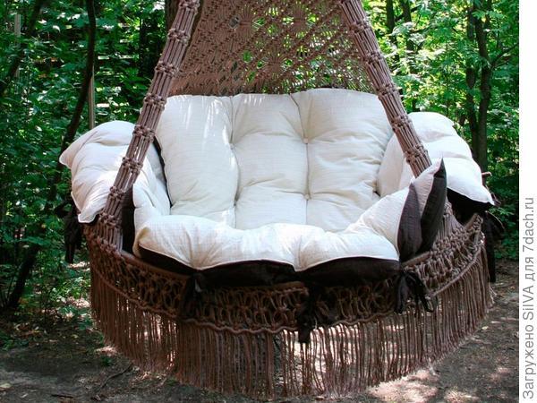 кресло качели с мягкими подушками