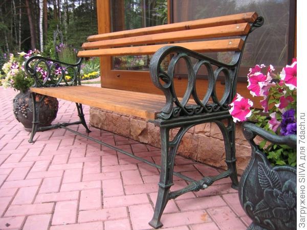 чугунная скамейка на даче