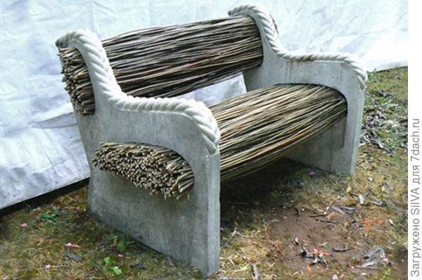 скамейка для дачи с бетонными опорами и прутьями дерева