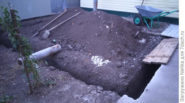 Траншею под фундамент пришлось прикрыть