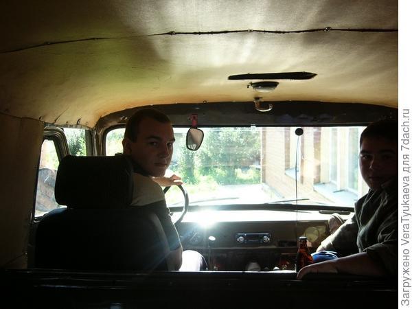В старом УАЗике собрались ехать купать собак. Он и пчелок возил.