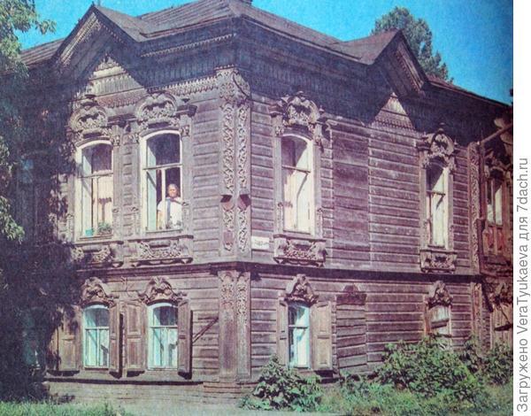 Старый дом с деревянной резьбой.