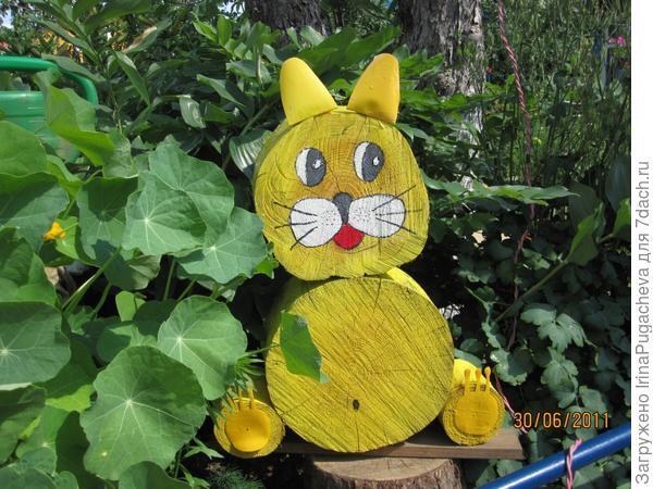 11. Кот из спилов бревен.
