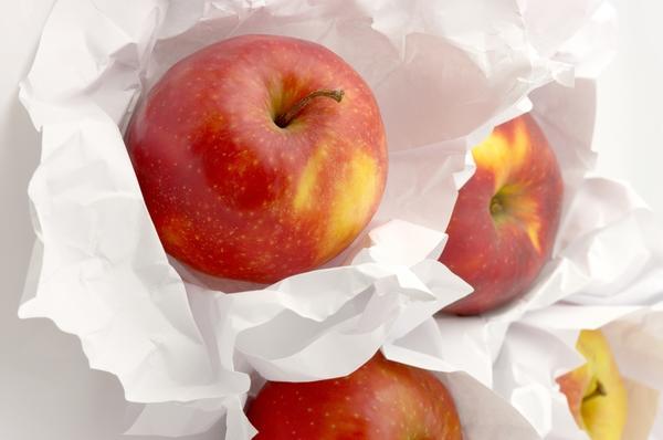 Хранение яблок, обёрнутыми в бумагу