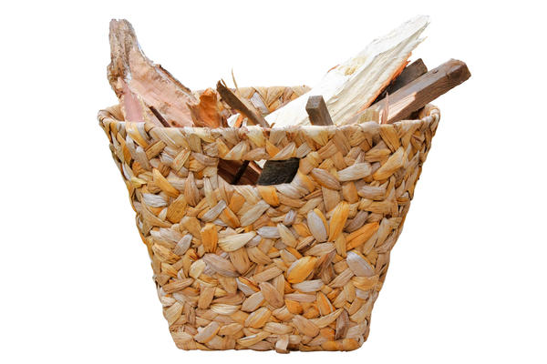 По подставку для дров можно приспособить корзинку поэкзотичнее, из ротанга или абаки
