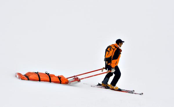 Если все же нужно преодолеть по льду большое расстояние используйте лыжи, финские санки, для снаряжения — саамские сани, «ватрушки»