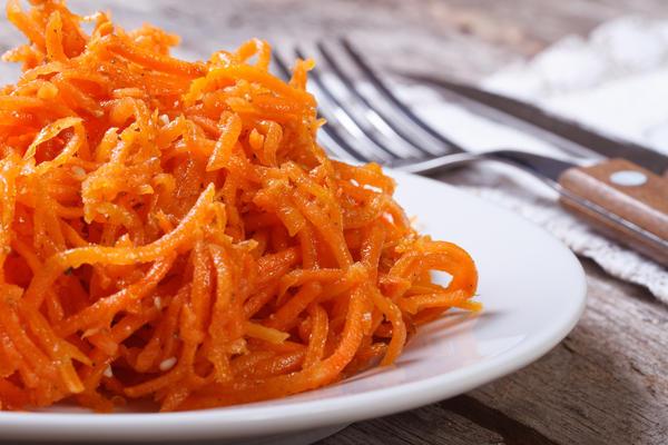 Для салата лучше подходят сочные и нежные сорта с красивым ярко-оранжевым цветом