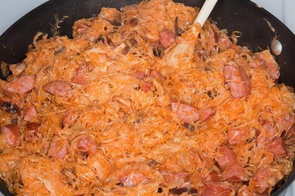 Даже немудрёная варёная колбаса в тушёной капусте приобретёт черты и вкус настоящего мяса