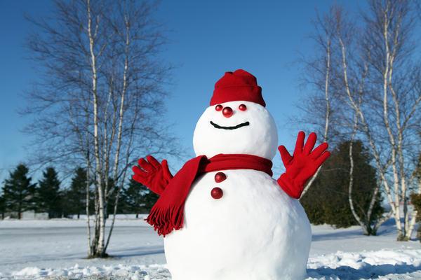 Даже совсем простой набор из шапки, шарфика и перчаток превратит обыкновенные снежные шары в жизнерадостного снеговика