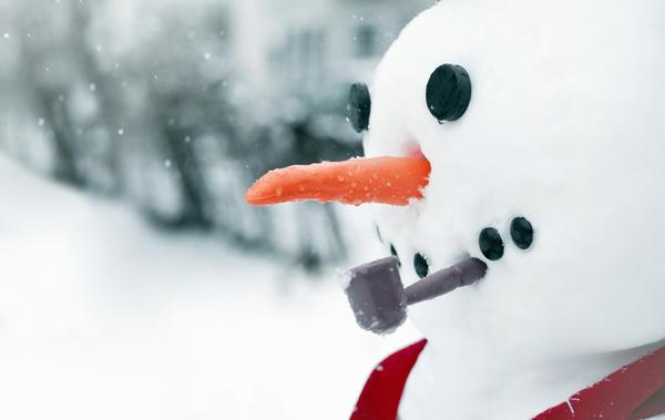 Одна небольшая деталь способна превратить заурядного снеговика в лихого пирата или задумчивого сыщика