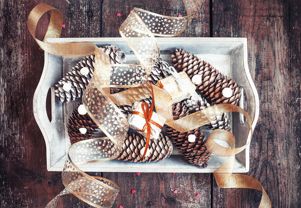 Использование шишек для декорирования подарков