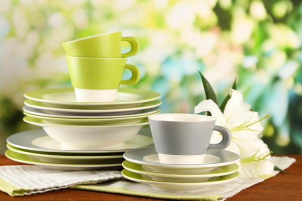 Если мы оборудуем летнюю кухню для себя и своих близких, стоит воспользоваться традиционной посудой.
