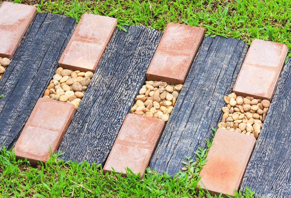 Камнями можно заменить и деревянные или плиточные детали. А выбоины и вовсе забетонировать