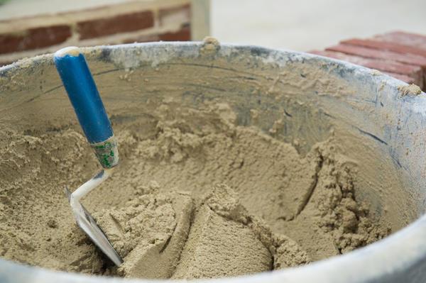 Замажьте все сколы раствором из песка, цемента и воды