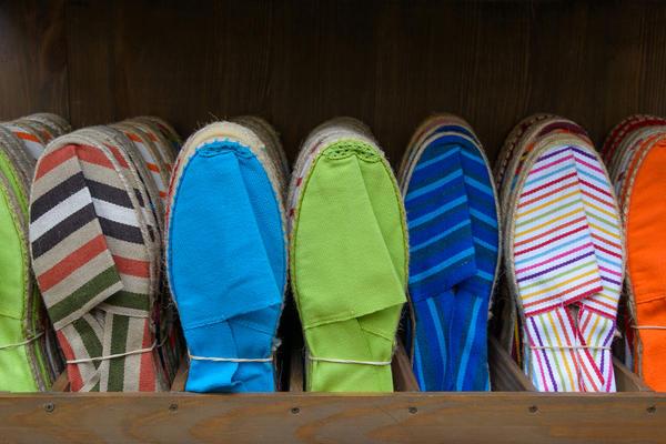 Чтобы ходить по комнатам дачного дома или зайти в гости к соседям, пригодятся сабо или парусиновые тапочки
