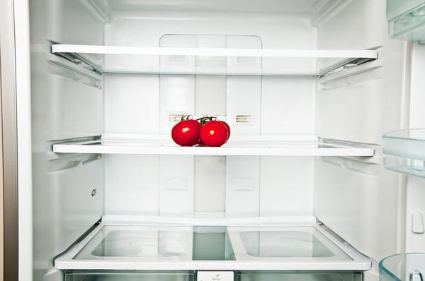 Хранить томаты в холодильнике следует в отделении для овощей, послойно укладывая их черенками вверх и перекладывая каждый слой бумагой