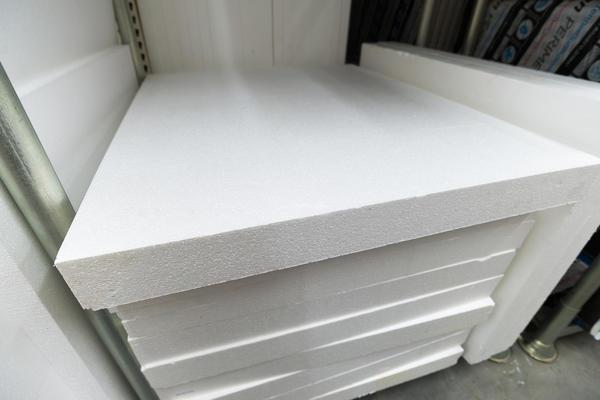 Большинство людей представляют себе пенопласт в виде белого, плотного листа либо тары для различной бытовой техники