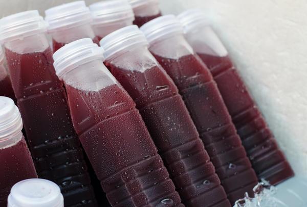 Выгоднее всего заморозить сок тех ягод и овощей, которых созревает много