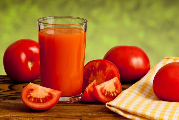 Электрические соковыжималки работают быстро, для них не нужно тщательно готовить помидоры, достаточно просто нарезать на подходящие по размеру кусочки.